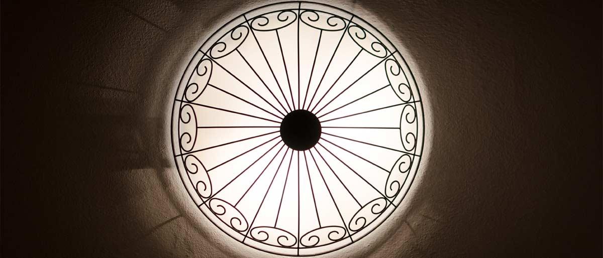 Detail kování světel